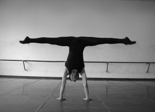 倒立横叉是地面技术技巧中以横叉的形式与倒立相结合,以双手为支撑点,以腰部为控制中心,经过肩背倒立的同时,双手反手撑于头的两侧,利用双脚向上钻的力量,协调双手推地,侧脸翻过,当双手直肘推地的同时,双腿分开形成横叉。 教学要求: (1)对于力量的控制要协调准确,横叉打开要快。 (2)双手要与肩同宽,腰部要收紧控制。 想要了解更多