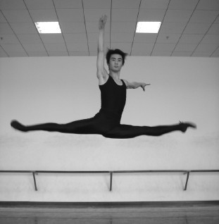 舞蹈跳跃动作教学 古典舞劈腿跳教学辅导